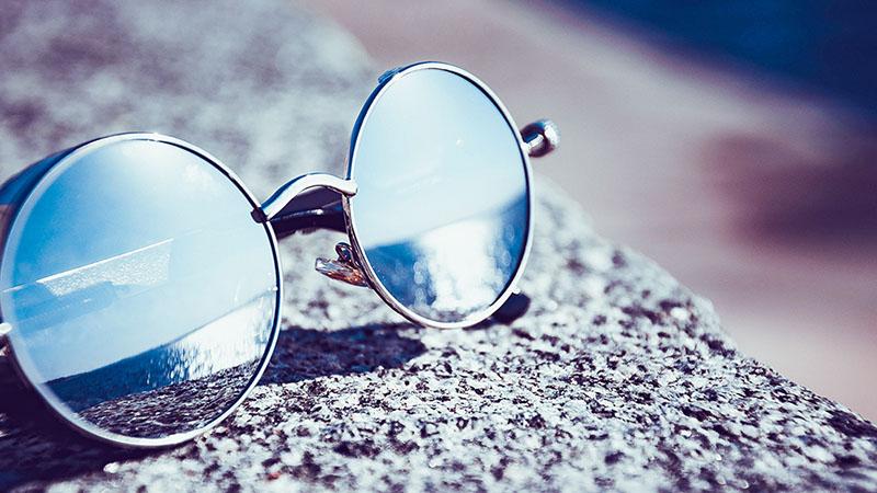 夏の日差しにサングラス
