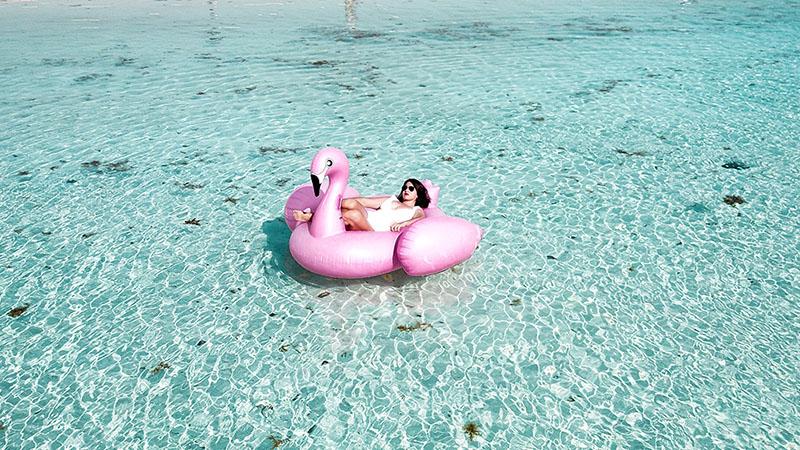 夏の海に浮かぶ女性