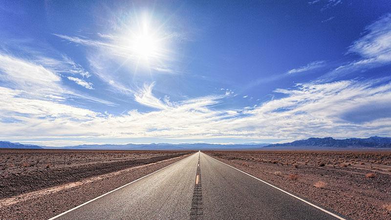 太陽の紫外線がアスファルトに照り付ける
