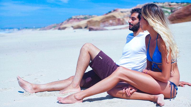 海辺で紫外線を浴びるカップル