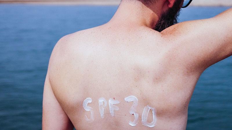 SPF30の日焼け止めを塗る男性