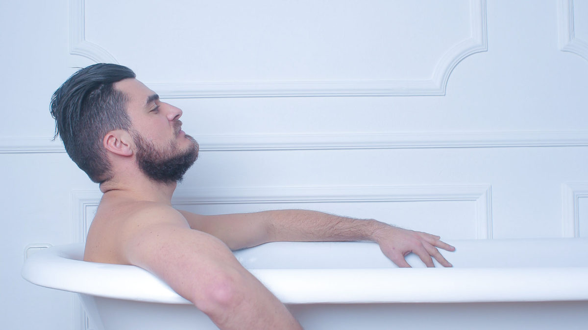 バスルームでくつろぐ男性