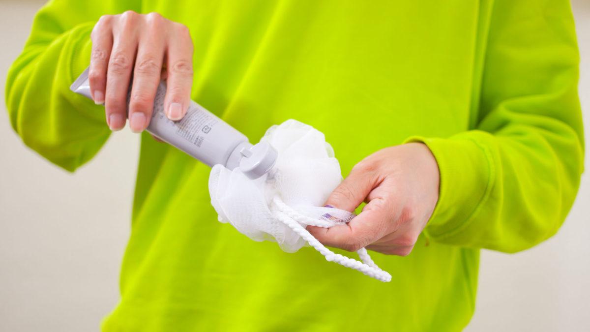 泡立てネットの奥に洗顔料を付ける
