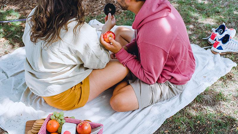 短パンを穿いて公園でピクニック