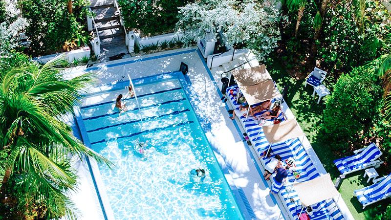 夏のプールで紫外線を浴びる人々