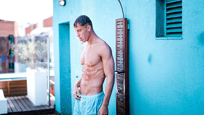 日焼け止めを洗い流す男性