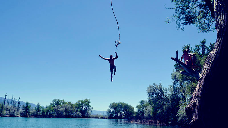 川に飛び込む男性